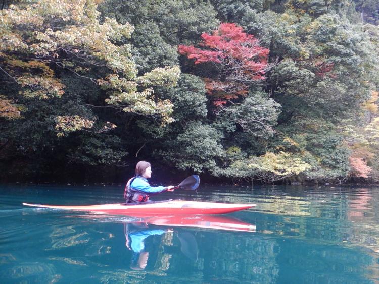 白丸湖紅葉カヤック体験