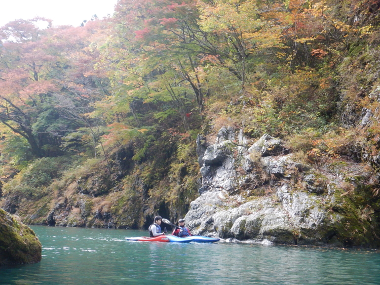 小春日和の白丸湖で紅葉カヤック体験